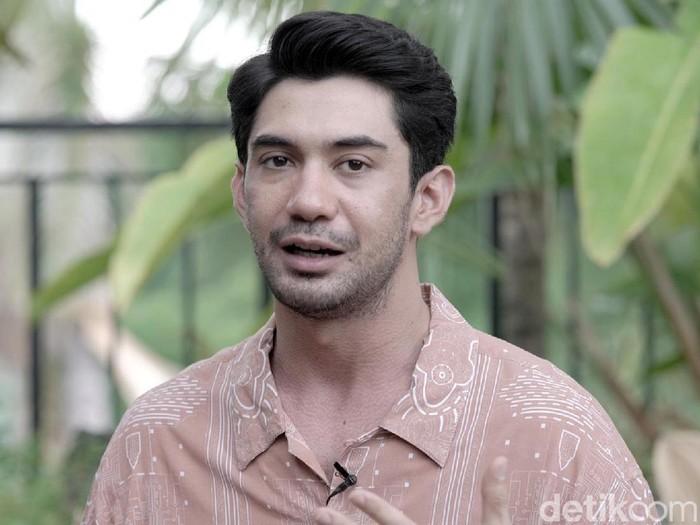 Reza Rahadian saat ditemui di kawasan Senayan.