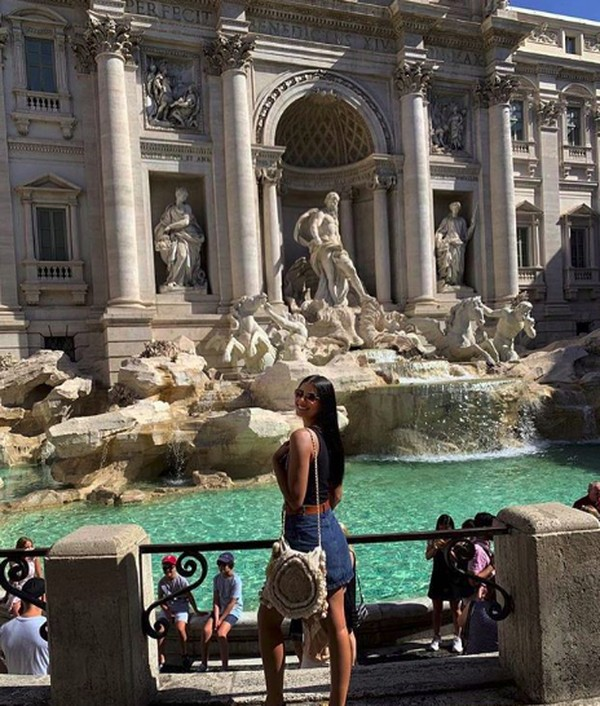 Cantik senyumnya di air mancur yang ikonik di Italia, Trevi Fountain. (tamaryngreen/Instagram)