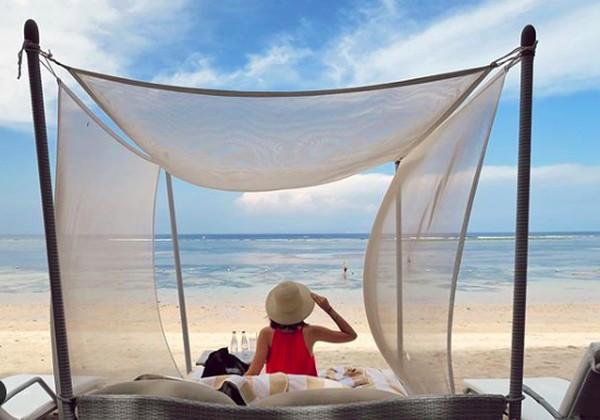 Dia juga menikmati pantai di dekat The Westin Resort Nusa Dua, Bali. (yukikt/Instagram)