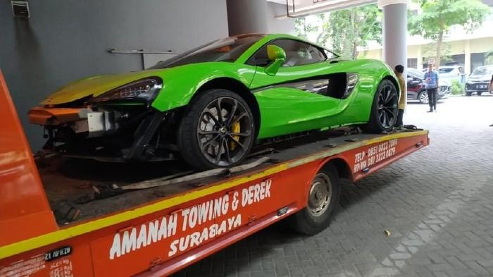 Sebuah McLaren diangkut mobil derek (Foto: Istimewa)
