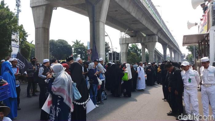 Massa aksi demo Sukmawati-Gus Muwafiq datangi Mabes Polri (Foto: Farih)
