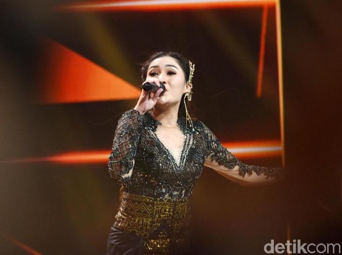 Nella Kharisma saat tampil di kawasan Kebon Jeruk.