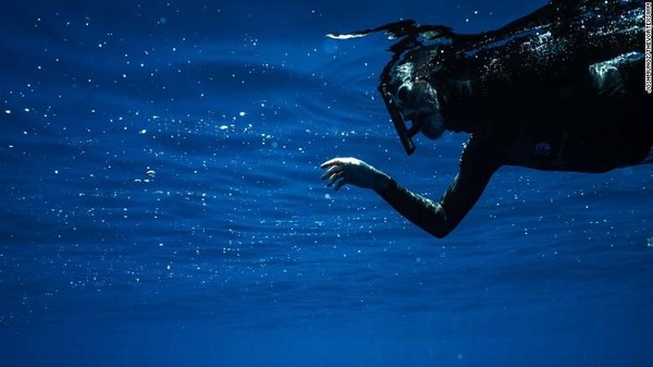 Saat air berombak mikroplastik tidak terlihat dari permukaan tapi didorong semakin ke bawah hingga kedalaman 5 meter. Dari sudut pandang perenang, itu seperti menatap langit yang sedang hujan bersalju, katanya (Foto: CNN)