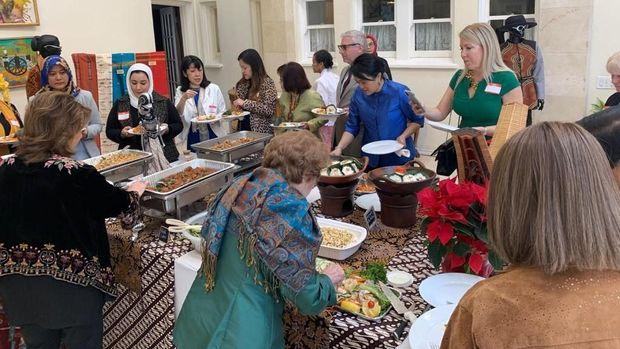 Angklung-Peragaan Busana Meriahkan Pertemuan Istri Diplomat di LA
