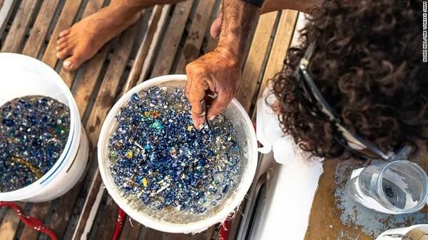 im ini juga mengumpulkan, dan menghitung lebih dari 43.000 fragmen plastik menggunakan jaring pukat manta, instrumen oseanografi yang dirancang untuk menyusuri permukaan air dan mengumpulkan sampel (Foto: CNN)