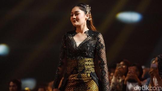 Sexy In Black! Penampilan Nella Kharisma dengan Gaun Batik