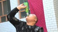 Keren! Pria Ini Bisa Minum Air Bentuk Tornado dari Mulutnya