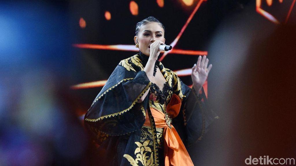 Agnez Mo Istirahat Nyanyi, Ini Sebabnya Pita Suara Bengkak Saat Flu