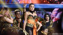 Foto: Rasa Indonesia di Gaya Seksi Agnez Mo Karya Anne Avantie
