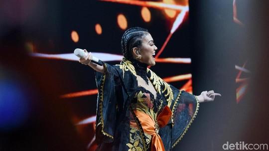 Kembali tampil di Indonesia, Agnez Mo Kenakan Batik