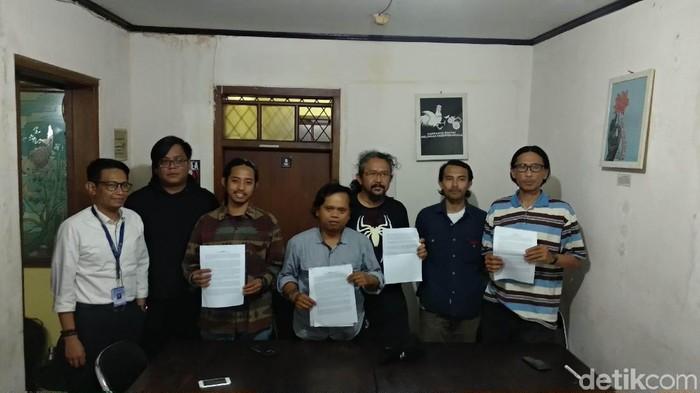 Barisan Rakyat untuk Hak Asasi Manusia Bandung (Bara Hamba) menyoroti eksekusi lahan di area pembangunan rumah deret Tamansari . (Foto: Mochamad Solehudin/detikcom)