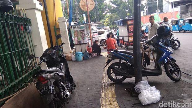 Sejumlah motor dan diparkir di trotoar.