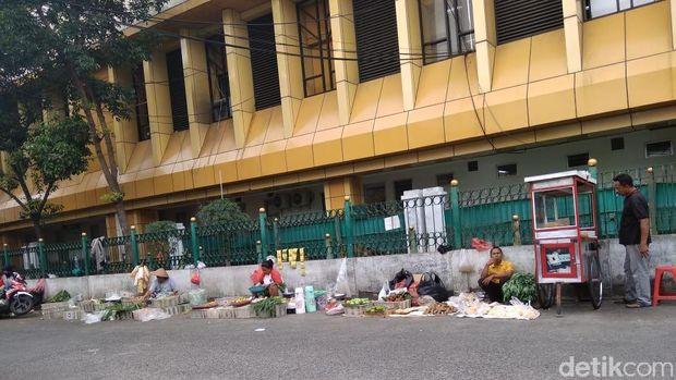 Semrawut! Kendaraan di Kawasan Stasiun Gondangdia 'Rampas' Hak Pejalan Kaki