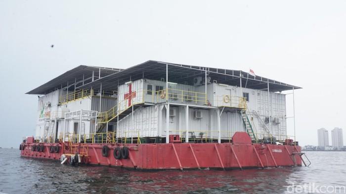 RS Apung Nusa Waluya II adalah rumah sakit apung pertama di dunia yang didirikan oleh dr Lie A Dharmawan. RS apung ini memiliki 61 ruangan di antaranya ruang bersalin, x-ray, obgyn, poli gigi, poli anak, rawat inap, dan lainnya. (Foto: Nafilah Sri Sagita K/detikHealth)
