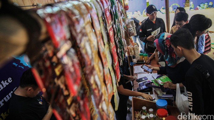 Menkop dan UKM, Teten Masduki membuka gelaran Festival Gerakan Warung Nasional, di Lapangan Banteng, Jakarta, Sabtu (14/12). Acara ini berlangsung hingga besok.