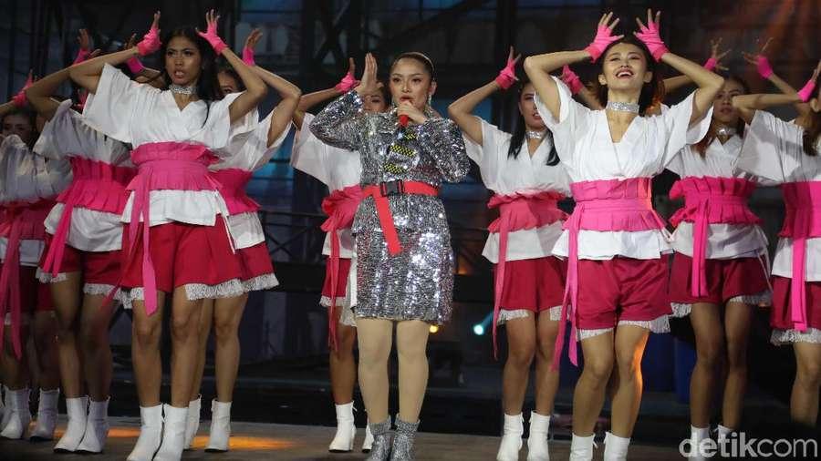 Siti Badriah Blink-blink di HUT Transmedia