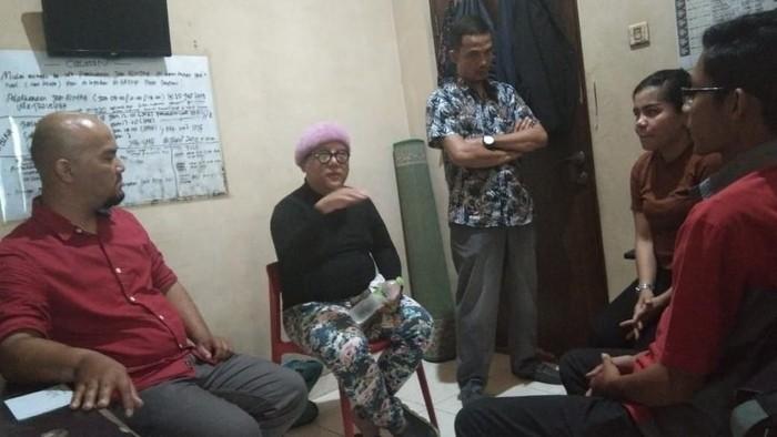 Foto: Mediasi pemobil mewah ugal-ugalan dengan sopir travel, Juniarto (kaos hitam lengan panjang)-dok.ist)
