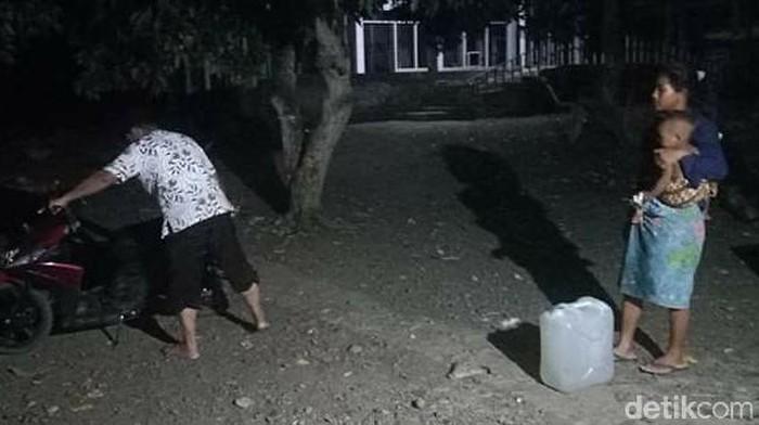 Kemarau di Sumbawa, NTB, warga mengambil air bersih pada dinihari dengan jarak hingga 2 km. (Harianto/detikcom)