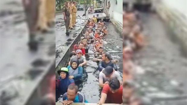 Pegawai honorer K2 DKI Jakarta diminta masuk ke dalam got saat perpanjangan kontrak Penyedia Jasa Lainnya Perseorangan (PJLP).