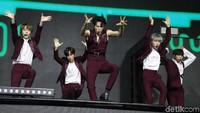 Kelima member tampil gagah dengan balutan jas berwarna merah dengan kemeja putih.