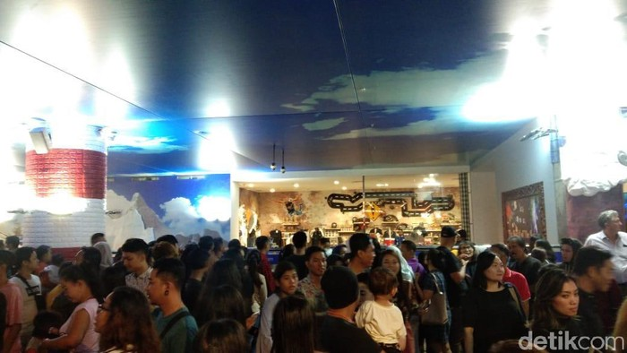 Foto: Pengunjung padati Trans Studio Mall Bali untuk menyaksikan HUT ke-18 Transmedia. (Khoirur Riza-detikcom)