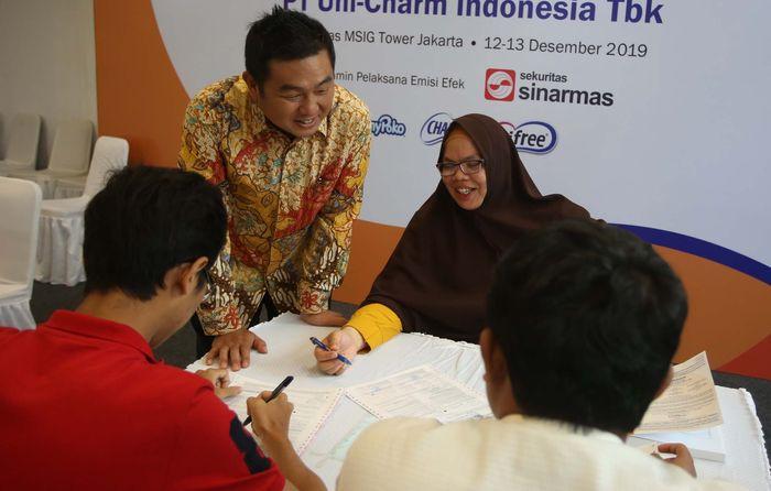 Mr Yuji Ishii President Director PT Uni-Charm Indonesia Tbk melayani masyarakat yang akan membeli saham di Jakarta, Jumat (13/12/2019).