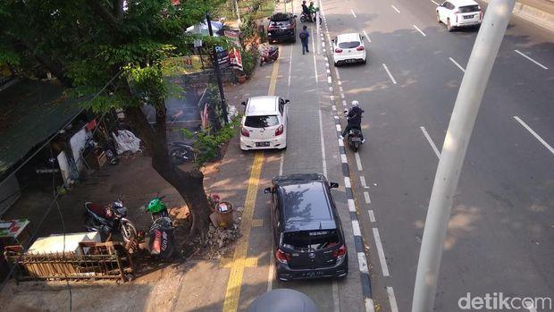Mobil diparkir di trotoar.