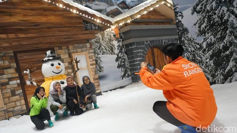 Foto: Keseruan main salju di Mini Snow TSM Cibubur (Hanif Hawari/detikcom)