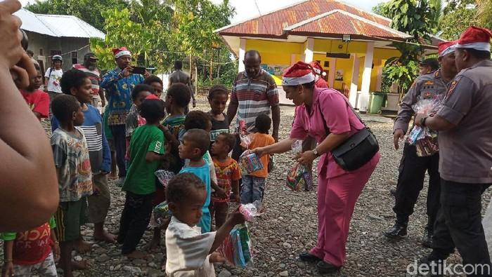 Jelang Natal, Polisi Bagi-bagi Bingkisan di Timika Papua (Foto: Saiman/detikcom)