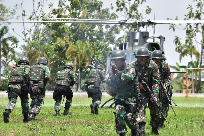 Prajurit TNI AD Batalyon Infanteri Para Raider 501/Bajra Yudha Madiun mengikuti Latihan Pemeliharaan Kemampuan Prajurit di Madiun, Jawa Timur, Sabtu (14/12/2019). Latihan yang diikuti 400 prajurit tersebut digelar untuk mengasah dan memantapkan kemampuan prajurit Para Raider. ANTARA FOTO/Siswowidodo/wsj.