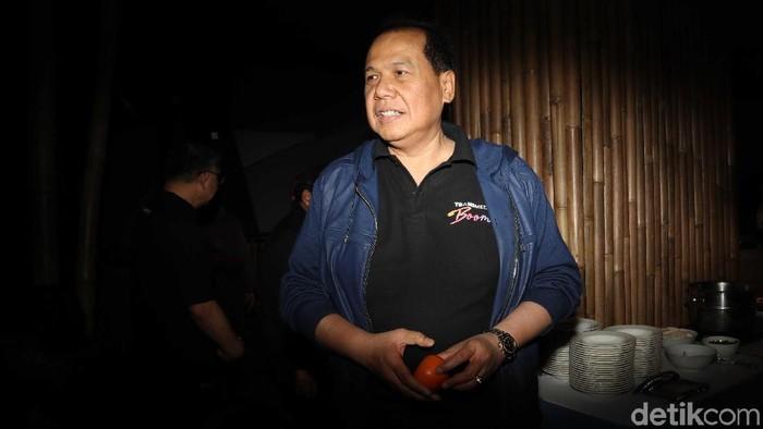 Konser dalam acara HUT Transmedia tengah berlangsung. Pemilik CT Corp Chairul Tanjung (CT) menyaksikan langsung konser ini.