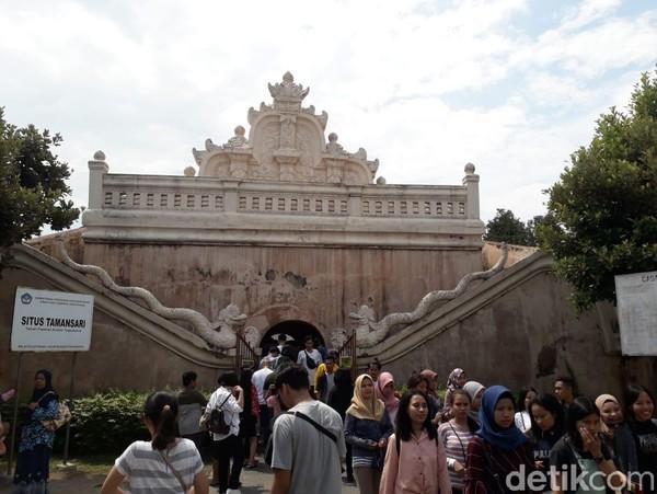 Taman Sari di Yogyakarta adalah salah satu destinasi yang selalu ramai wisatawan. Spot wisata ini berada di Jalan Tamanan, Patehan Keraton, Kota Yogyakarta. Pecinta foto instagramable wajib, nih datang ke sini karena banyak bagian bangunan Taman Sari yang begitu epik di foto. (Pradito Rida Pertana/detikcom)