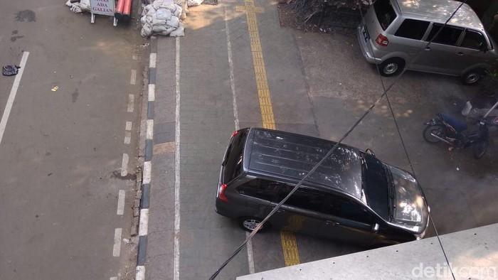 Mobil parkir di trotoar Rawasari Jakarta Timur
