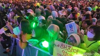 Penonton pun tak ketinggalan menghidupkan suasana dengan lightstick hijau yang menyala terang.