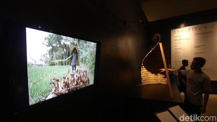 Museum Nasional menggelar pameran Melacak Jejak Jaap Kunst: Suara Dari Masa Lalu. Pemeran menampilkan arsip-arsip musik tradisional dan alat musik daerah yang dikumpulkan Jaap Kunst.