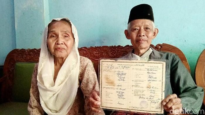 Kakek-nenek yang viral saat berada di KA Prameks (Foto: Rinto Heksantoro/detikcom)