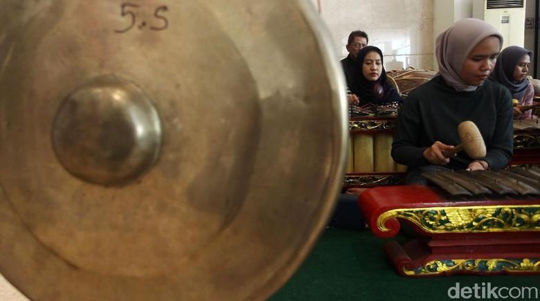 Museum Nasional, Jakarta, mengadakan pelatihan memainkan alat musik tradisional yaitu gamelan. Pelatihan ini sangat diminati oleh anak-anak hingga remaja.