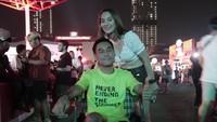 Dengan Kursi Roda, Pria Asal Thailand Rela ke Indonesia Demi DWP 2019