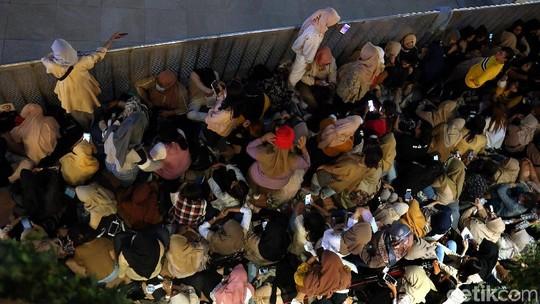 Potret Kpopers Menanti Aksi EXO di HUT Transmedia