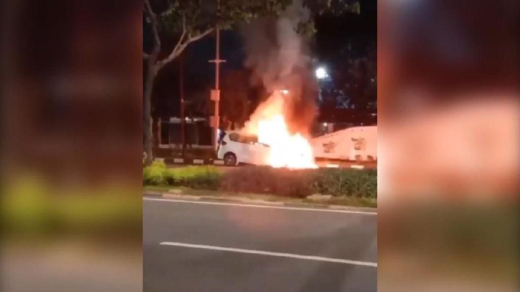 Video Mobil Terbakar di Kawasan Gelora Bung Karno