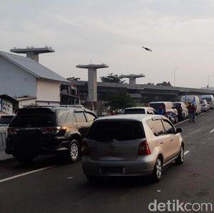 Wus... Mobil-mobil Mulai Melintas di Tol Layang Japek