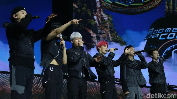 EXO memeriahkan HUT ke-18 Transmedia di Trans Studio Cibubur, Minggu (15/12). Keenam member pun sukses menampilkan karisma mereka yang membuat fans menjerit.