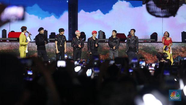 Ribuan Penonton Terbius Tembakan Cinta EXO di HUT Transmedia