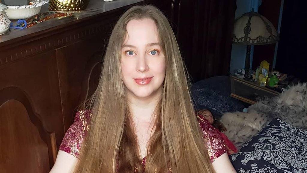 Wanita dengan Rambut Sekaki Tolak Puluhan Juta Rupiah untuk Potong Rambut