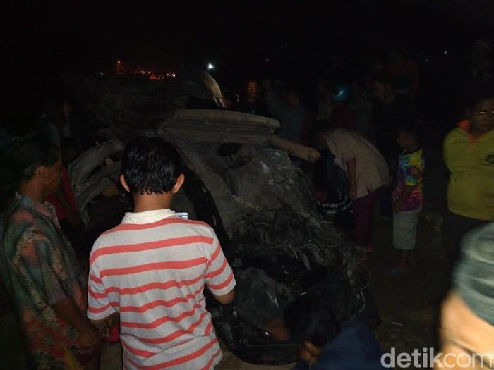 Mobil yang ringsek tertabrak kereta dikerumuni warga/Foto: Enggran Eko Budianto