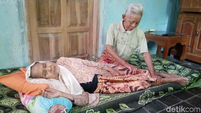 Kakek dan nenek yang viral gegara mesra banget di KA Prameks. Foto: Rinto Heksantoro/detikcom