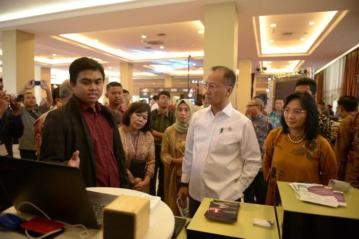 Menperin & beserta Dirjen IKMA mengunjungi salah satu booth (Foto: dok. Kemenperin)