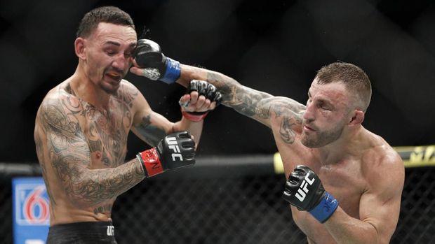 Max Halloway (kiri) kehilangan gelar kelas bulu UFC.