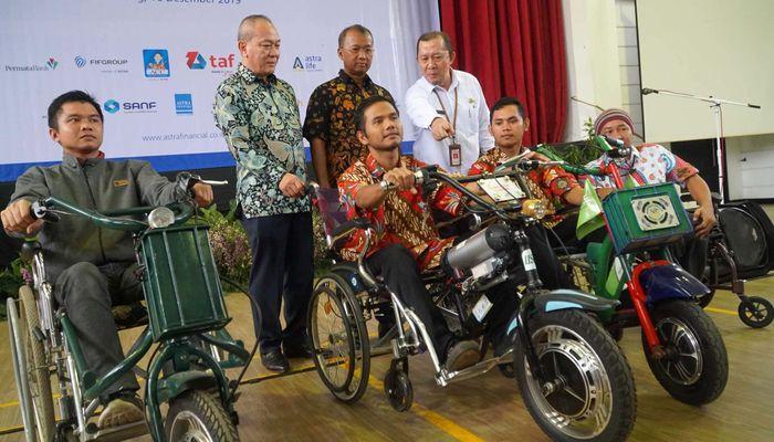 Astra Financial bersama 11 lembaga jasa keuangan bekerja sama dengan Kementrian Sosial dan Otoritas Jasa Keuangan menggelar literasi dan inklusi keuangan bagi penyandang disabilitas binaan Balai Besar Rehabilitasi Vokasional Penyandang Disabilitas di Cibinong, Bogor, Senin (16/12).