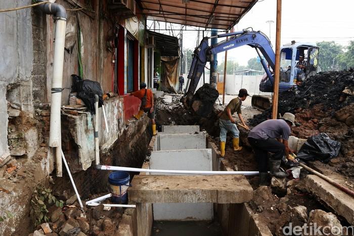 Pekerja membuat saluran drainase di Jalan Pemuda, Rawamangun, Jakarta Timur, Senin (16/12/2019). Proyek tersebut merupakan salah satu langkah perbaikan sistem drainase untuk mengantisipasi banjir saat hujan turun.